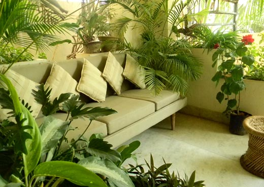 Balcony gardening design and create your little green for Apartment patio garden design ideas